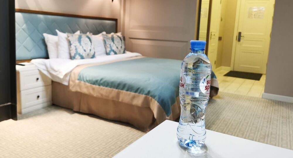 Una botella de agua en una habitación del hotel donde supuestamente envenenaron al opositor Navalni