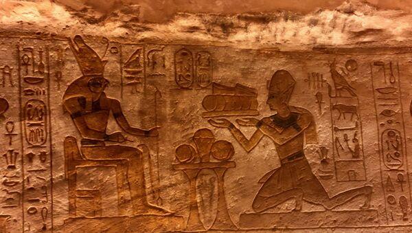 Un dipujo hallado sobre la pared  de un templo en Egipto - Sputnik Mundo