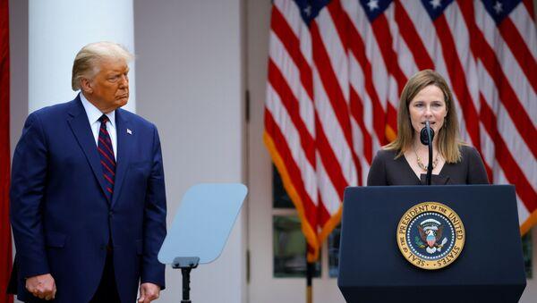 El presidente estadounidense, Donald Trump, y la juez conservadora Amy Coney Barrett - Sputnik Mundo