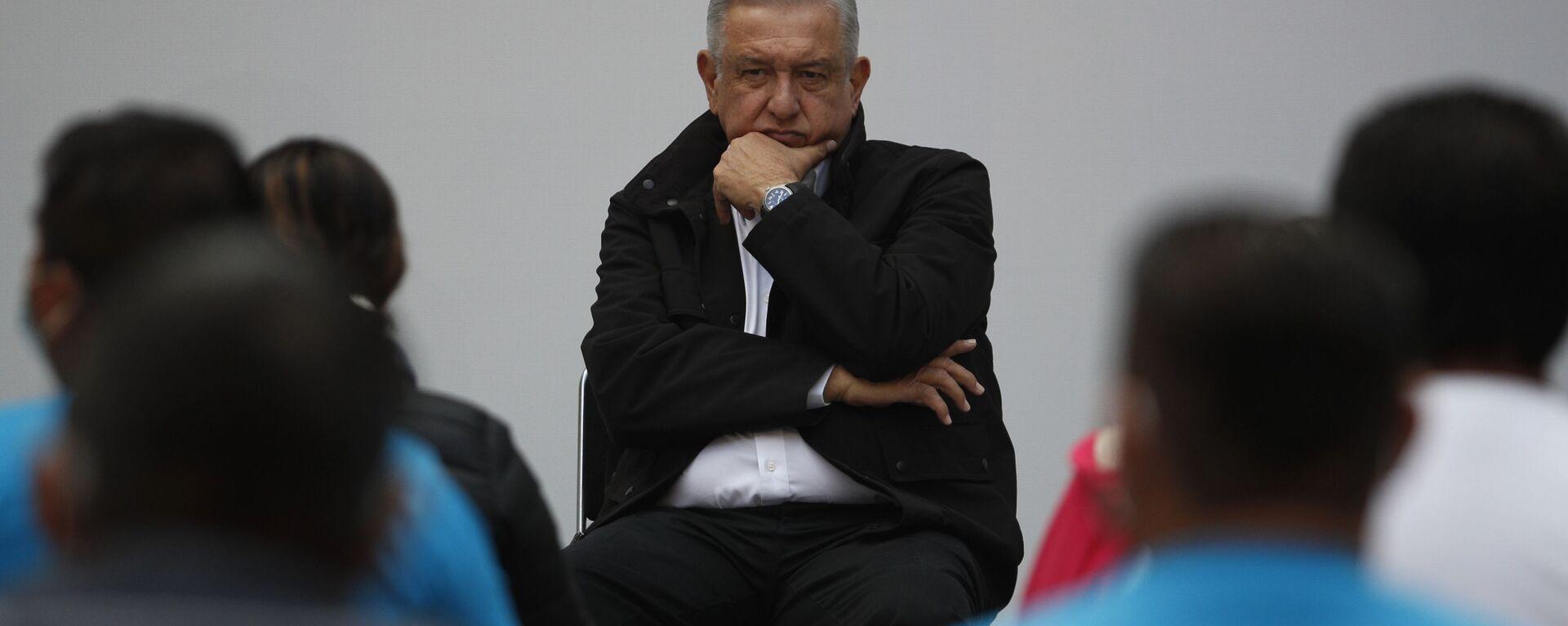 Andrés Manuel López Obrador, presidente de México, durante su encuentro con los familiares de los de los 43 estudiantes de Ayotzinapa, en el Palacio Nacional, el 26 de septiembre de 2020 - Sputnik Mundo, 1920, 27.05.2021