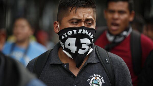 Marcha conmemorativa de los 43 estudiantes de Ayotzinapa, en Ciudad México, el 26 de septiembre de 2020 - Sputnik Mundo
