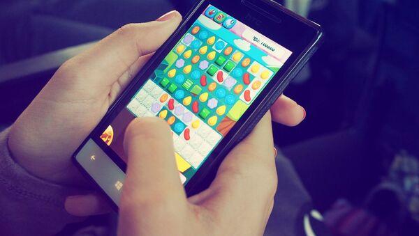 Un juego en el móvil (imagen referencial) - Sputnik Mundo