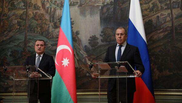 El ministro ruso de Exteriores, Serguéi Lavrov, y su par de Azerbaiyán, Ceyhun Bayramov - Sputnik Mundo