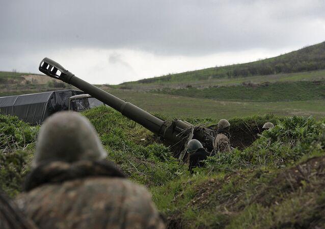 Una posición de artillería en la zona del conflicto en Nagorno Karabaj (archivo)