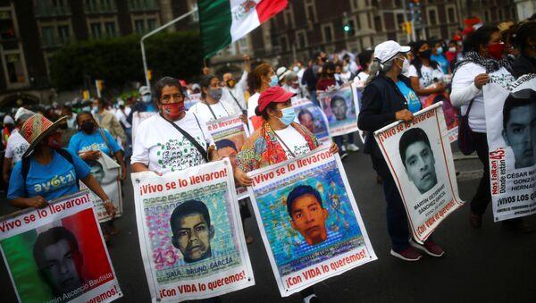 Marchas con motivo del sexto aniversario de la desaparición forzada de los estudiantes de Ayotzinapa - Sputnik Mundo