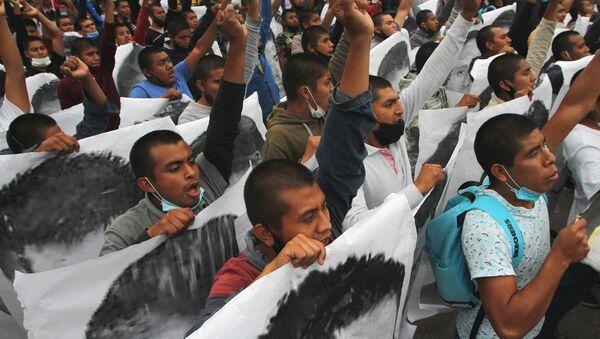 Conmemoran en CDMX seis años de la desaparición forzada de los estudiantes de Ayotzinapa - Sputnik Mundo