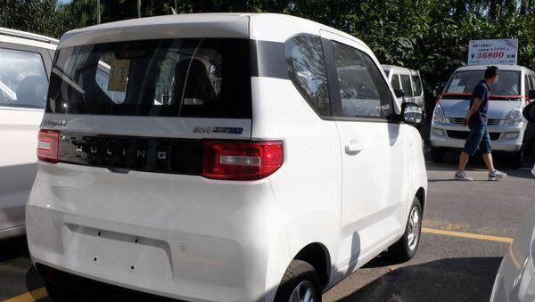 Un Hongguang Mini EV a la venta en China - Sputnik Mundo