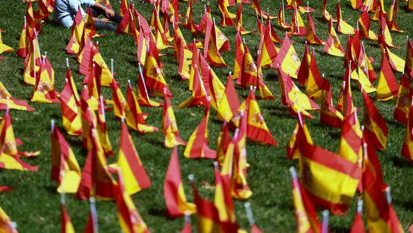 Banderas de España en homenaje a las víctimas de coronavirus - Sputnik Mundo