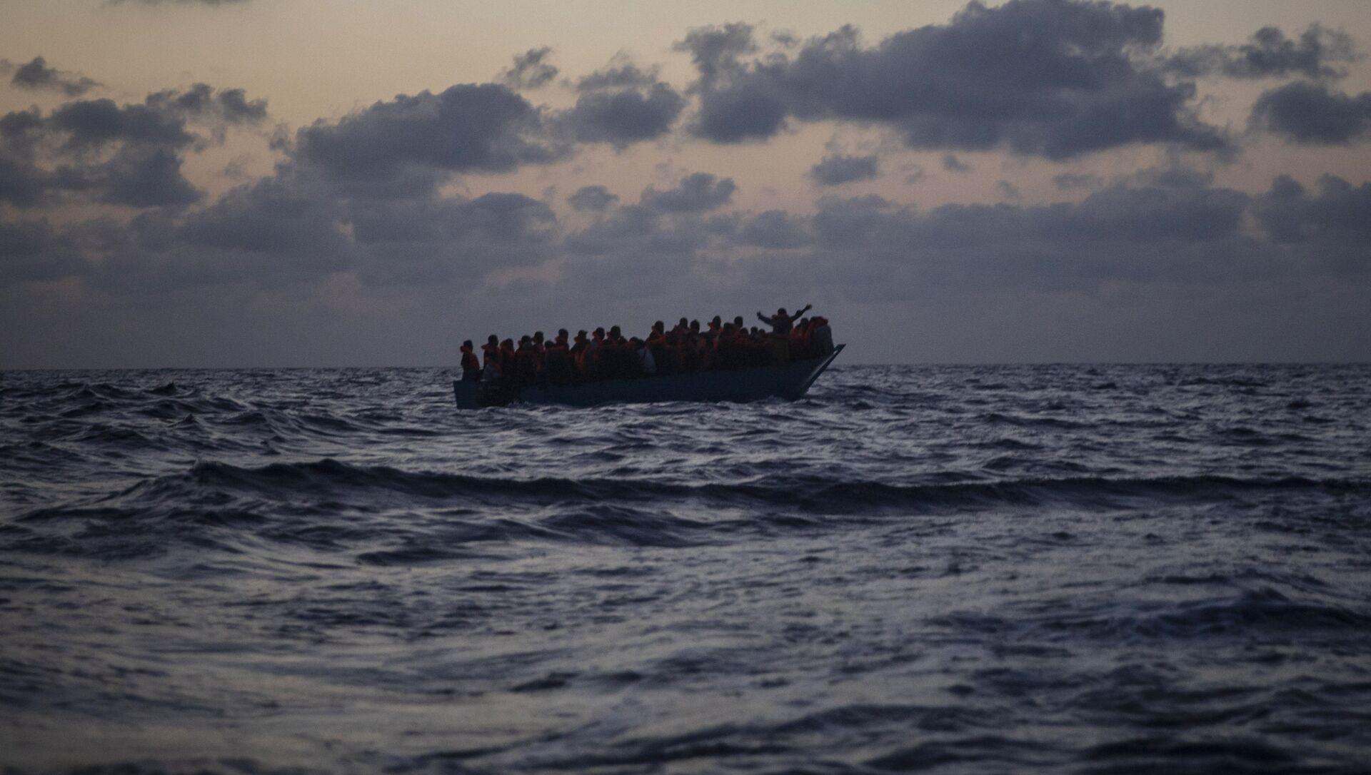 Inmigrantes esperan ser rescatados en el Mar Mediterráneo - Sputnik Mundo, 1920, 28.09.2020