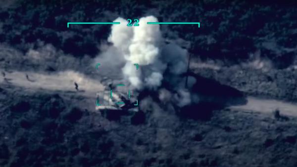 Imágenes de un bombardeo de tanques armenios, compartidas por la Defensa de Azerbayián - Sputnik Mundo