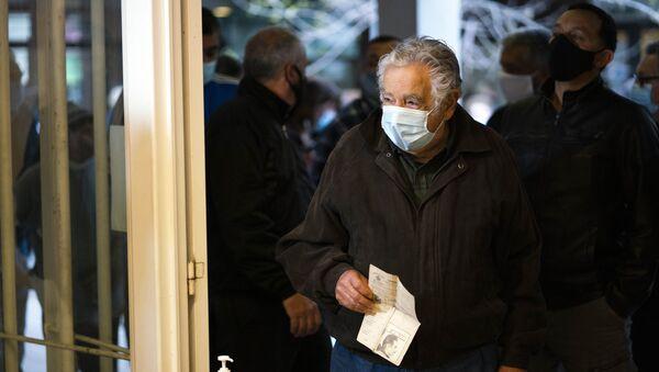 José Mujica votando en las elecciones departamentales de Uruguay en septiembre de 2020, durante la pandemia de COVID-19 - Sputnik Mundo