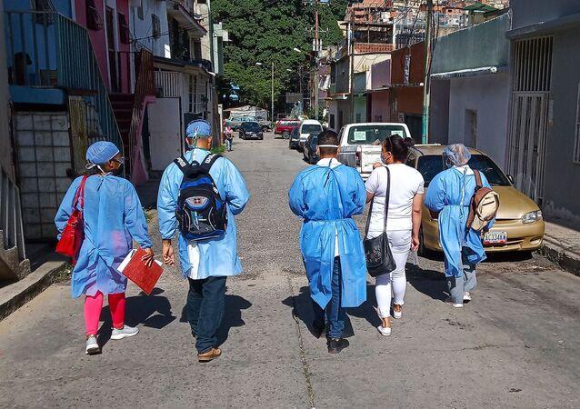 Visita casa por casa de médicos y enfermeros del CDI María del Mar Álvarez