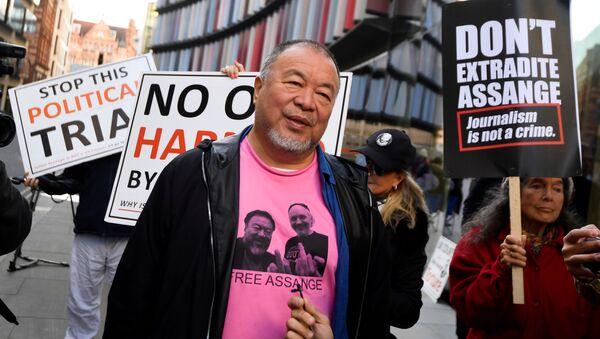 Ai Weiwei, artista chino, durante una protesta silenciosa contra la extradición de Assange - Sputnik Mundo