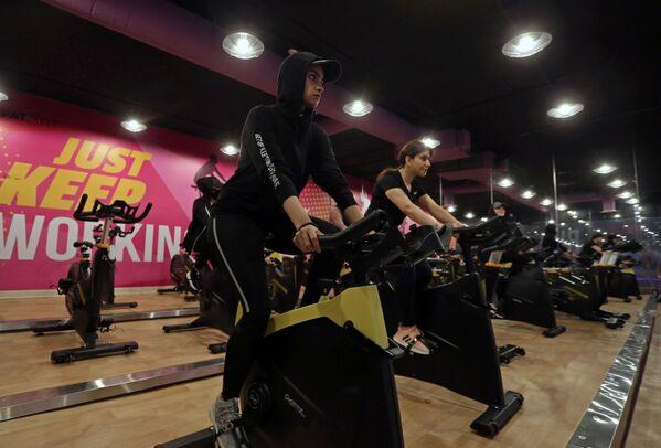 Девушки во время занятий в тренажерном зале в Саудовской Аравии  - Sputnik Mundo