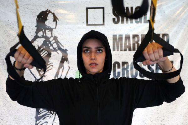 Девушка во время занятий в тренажерном зале в Саудовской Аравии  - Sputnik Mundo
