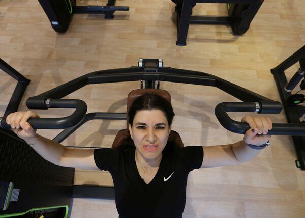 Посетительница тренажерного зала во время фитнеса в Саудовской Аравии  - Sputnik Mundo