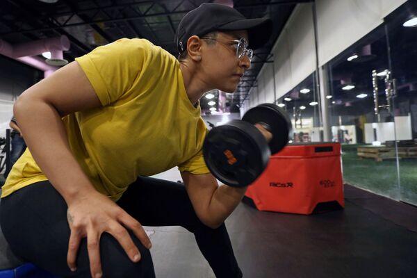 Женщина во время занятий в тренажерном зале в Саудовской Аравии  - Sputnik Mundo