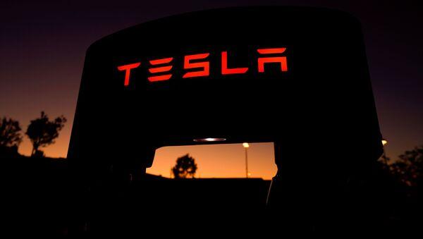Un supercargador de Tesla en una estación de carga en Santa Clarita, California - Sputnik Mundo