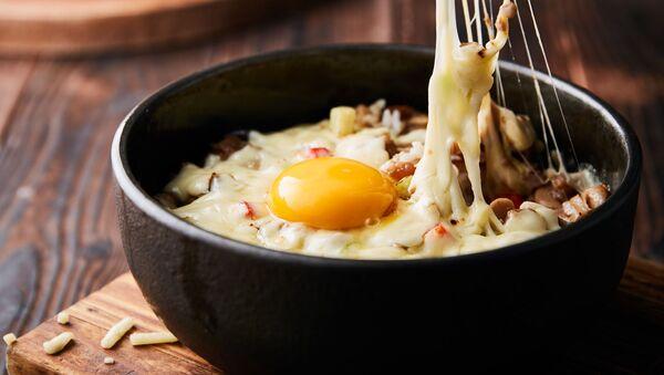 Un plato con huevo crudo - Sputnik Mundo