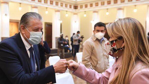 El nuevo ministro de Desarrollo Productivo de Bolivia, Adhemar Guzmán, y la presidenta transitoria de Bolivia, Jeanine Áñez - Sputnik Mundo