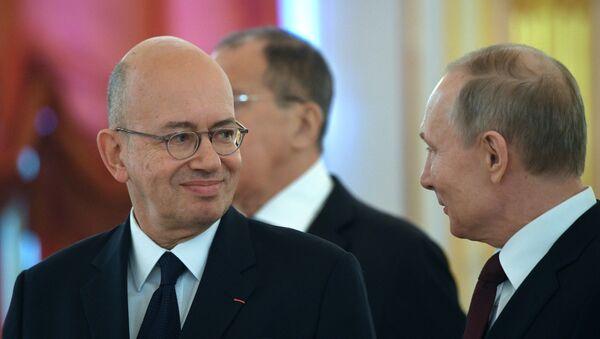 El embajador de Francia en Rusia, Pierre Lévy, y el presidente ruso, Vladímir Putin - Sputnik Mundo