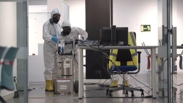 Miembros de la UME desinfectan espacios públicos en Madrid - Sputnik Mundo