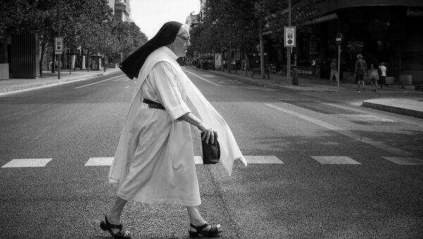 Imagen referencial de una monja caminando por la calle - Sputnik Mundo