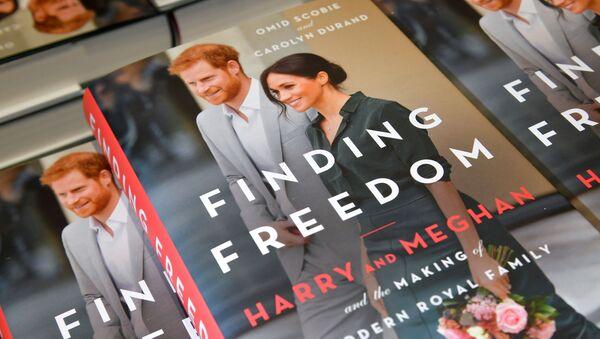 El libro 'Meghan y Harry. En libertad', una biografía no autorizada de la pareja, a la venta en Londres - Sputnik Mundo