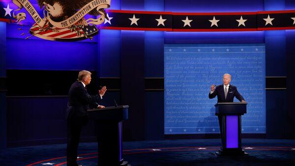 El presidente de EEUU, Donald Trump, y su rival demócrata Joe Biden en el primer debate electoral - Sputnik Mundo