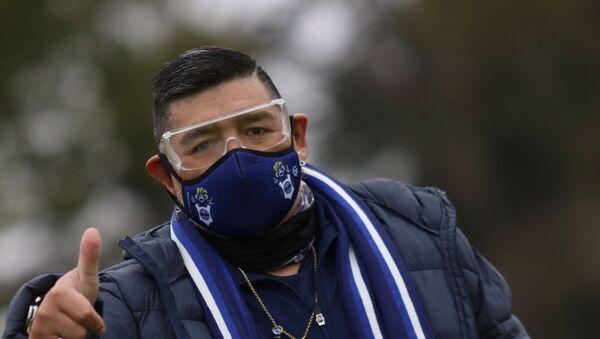 Diego Armando Maradona entrenando a Gimnasia y Esgrima de La Plata con mascarilla - Sputnik Mundo