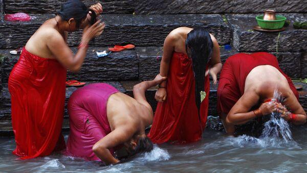 Mujeres nepalíes bañándose tras pasar la menstruación - Sputnik Mundo