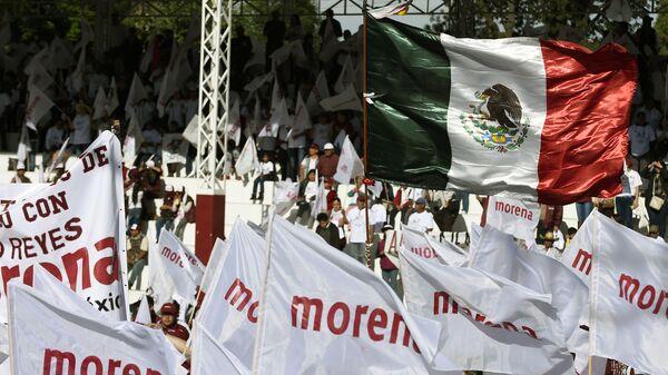 Banderas del partido gobernante mexicano Morena - Sputnik Mundo