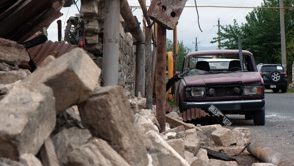 Дом и автомобиль, поврежденные в результате обстрелов общины Иванян Нагорного Карабаха - Sputnik Mundo