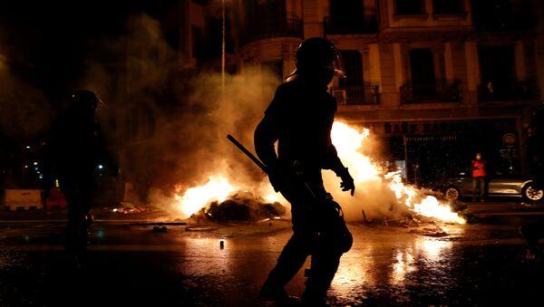 Los manifestantes queman contenedores durante las protestas por el aniversario del referéndum de Cataluña - Sputnik Mundo