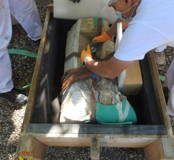 Trabajadores recuperando el torreón del sepulcro - Sputnik Mundo