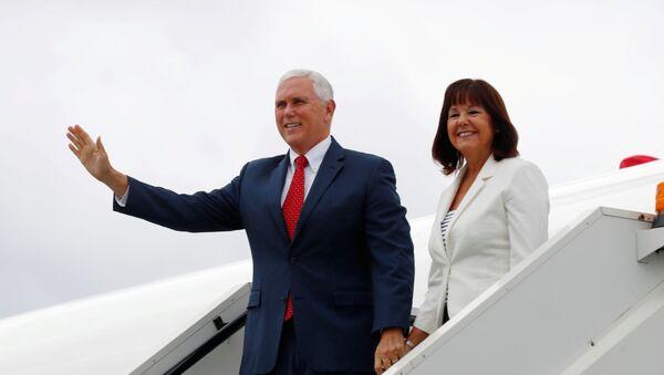 El vicepresidente de EEUU, Mike Pence, y su esposa Karen Pence - Sputnik Mundo