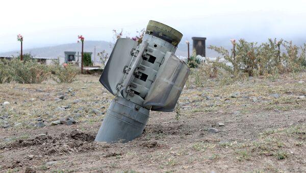 Un proyectil lanzado durante el enfrentamiento en Nagorno Karabaj - Sputnik Mundo