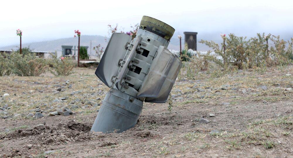 Un proyectil lanzado durante el enfrentamiento en Nagorno Karabaj