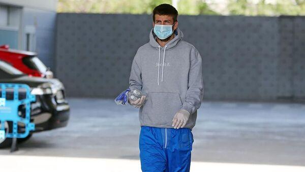 Gerard Piqué con mascarilla en Barcelona - Sputnik Mundo