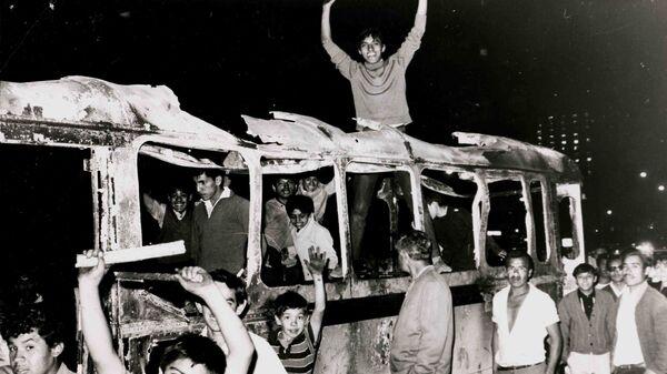 Estudiantes sobre cammión quemado durante las protestas de 1968 en México (archivo) - Sputnik Mundo