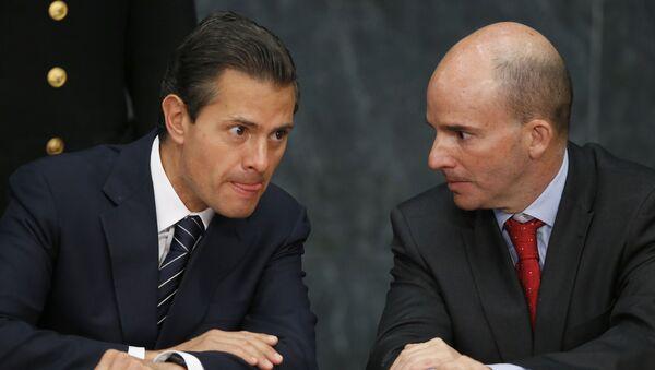 El expresidente mexicano Enrique Peña Nieto (izq) - Sputnik Mundo