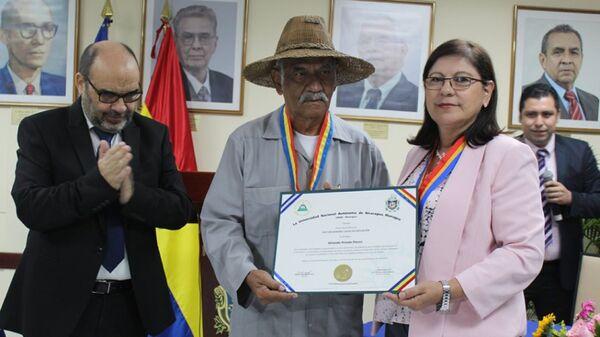 La Rectora de UNAN-Managua, Ramona Rodríguez Pérez, otorga el título de Doctor Honoris Causa en Educación al profesor Orlando Pineda - Sputnik Mundo