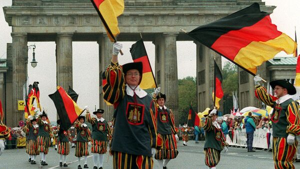 Desfile en honor de la unificiación de Alemania en frente de la Puerta de Brandeburgo - Sputnik Mundo