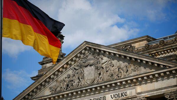 La bandera alemana al lado del edificio del Reichstag - Sputnik Mundo