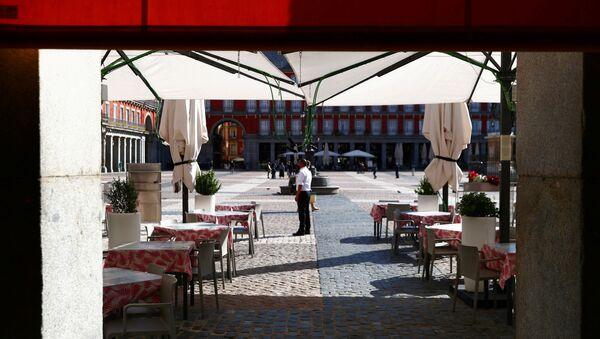 Una terraza vacía en la Plaza Mayor, Madrid - Sputnik Mundo