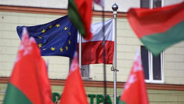 Banderas de Bielorrusia, Polonia y la UE cerca de la embajada de Polonia en Minsk - Sputnik Mundo