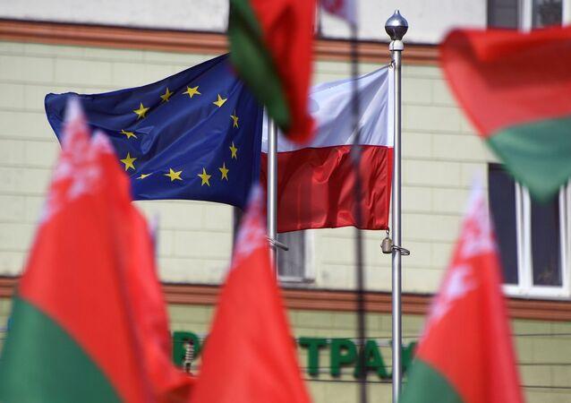 Banderas de Bielorrusia, Polonia y la UE cerca de la embajada de Polonia en Minsk
