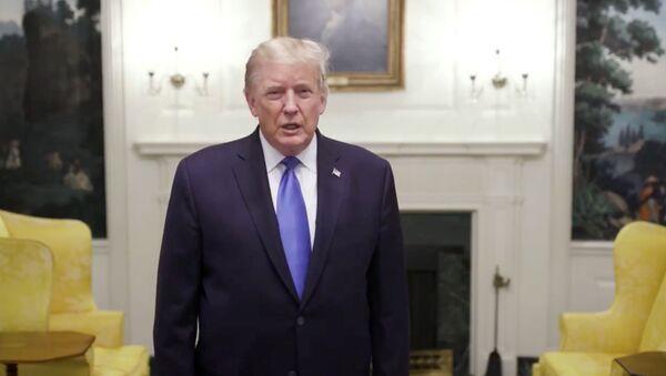 El presidente de EEUU, Donald Trump, se pronuncia antes de partir al Centro Médico Militar Walter Reed, Washington, EEUU, el 2 de octubre. - Sputnik Mundo