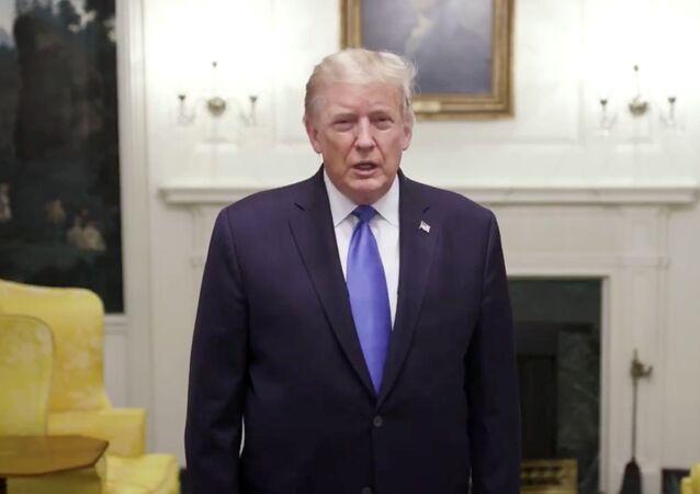El presidente de EEUU, Donald Trump, se pronuncia antes de partir al Centro Médico Militar Walter Reed, Washington, EEUU, el 2 de octubre.