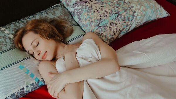 Una joven durmiendo (imagen referencial) - Sputnik Mundo